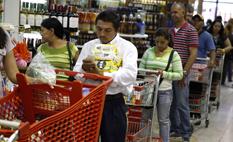 Mil personas haciendo cola: Millonaria multa a supermercado venezolano por tener cajas cerradas