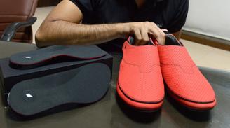 Inventan zapatos que marcan el camino
