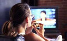 Estudio sugiere que uno come más viendo programas de TV de acción