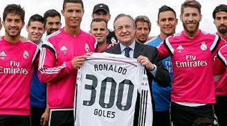 Cristiano recibe del Presidente del Real Madrid una camiseta conmemorativa por sus 300 goles en el club