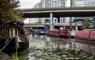 Alto costo de la vivienda lleva a los londinenses a vivir en barcazas